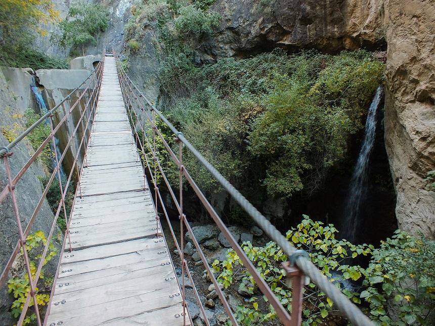 De langste hangbrug van de route door de Cahorros Kloof