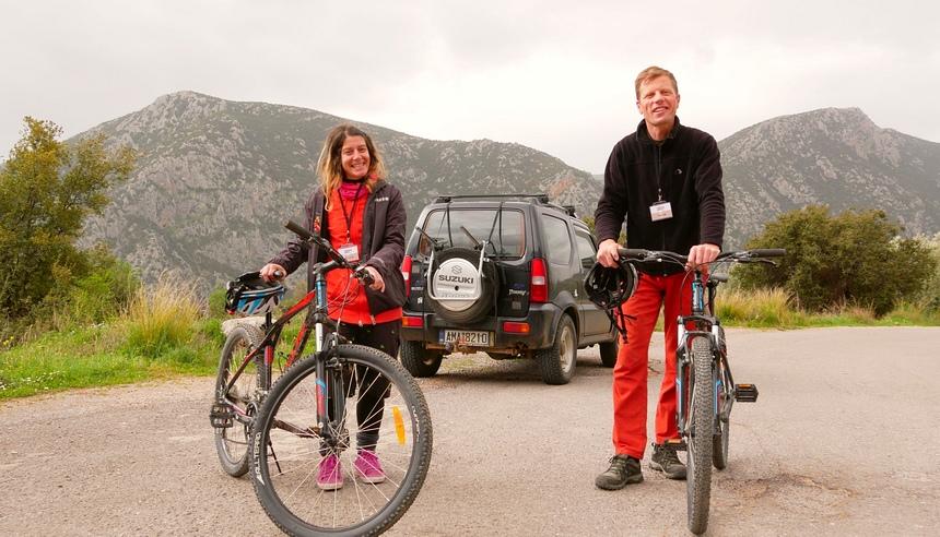 Giorgos en Hilda gaan met me mee: 25 km downhill van Delhpi naar de zee.
