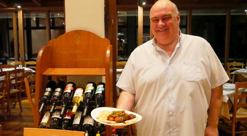 Lukas Bakoloukas serveert trots geit uit de oven: boterzacht.