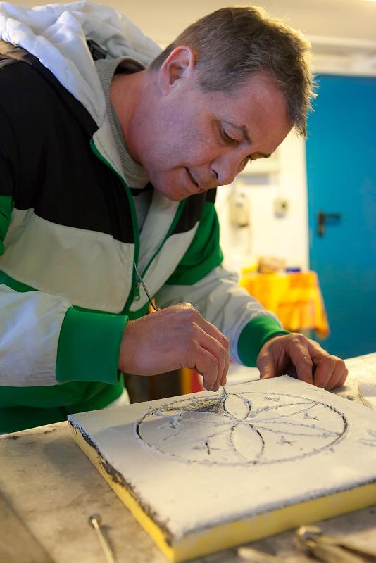 Josin Neuhäusler tijdens een sgraffito workshop