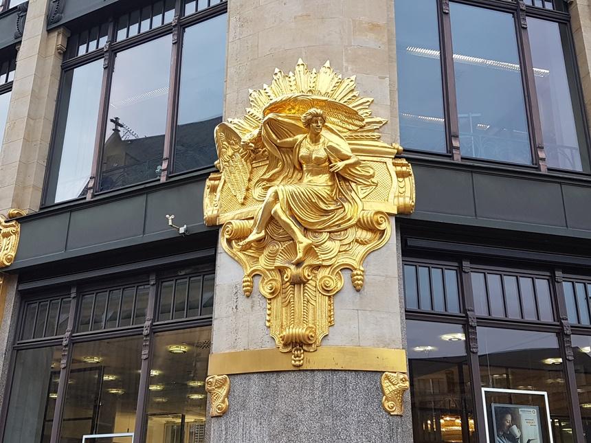 Glimmend gouden beeld op een filiaal van de Commerzbank in Leipzig