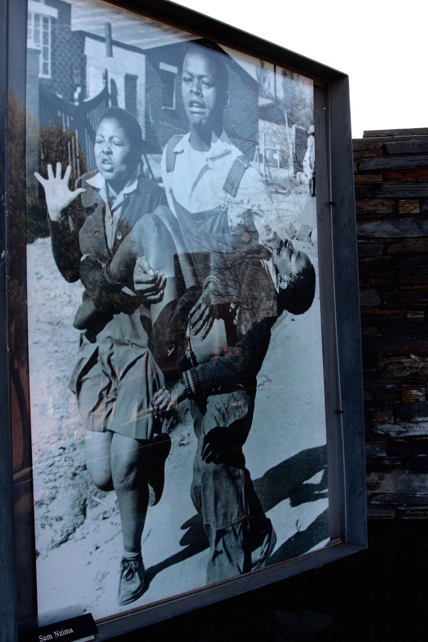 De dood van de 13-jarige jongen Hector Pieterson in Soweto, Zuid-Afrika