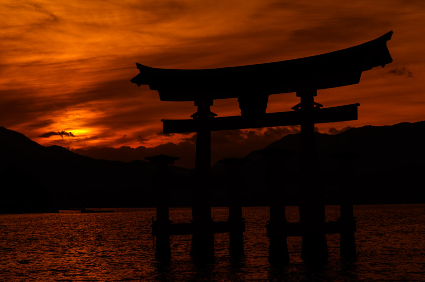 Hiroshima-Itsukushim tijdens zonsondergang