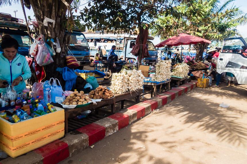 De markt op het station van Pakse