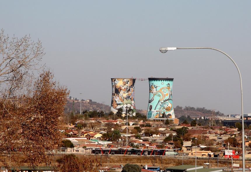 de Orlando Towers, onderdeel van de oude elektriciteitscentrale van Orlando en een grote attractie van Soweto