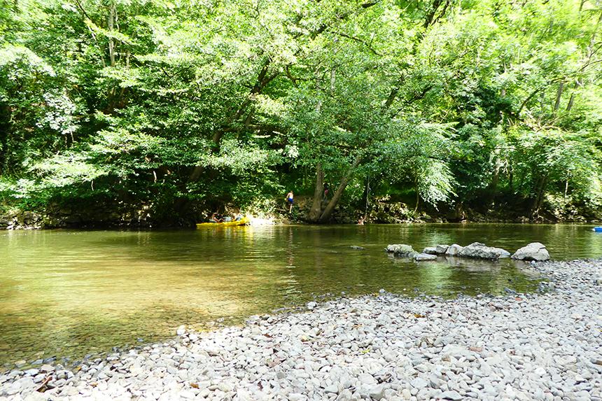 Camping Villatoile ligt prachtig aan rivier de Lesse
