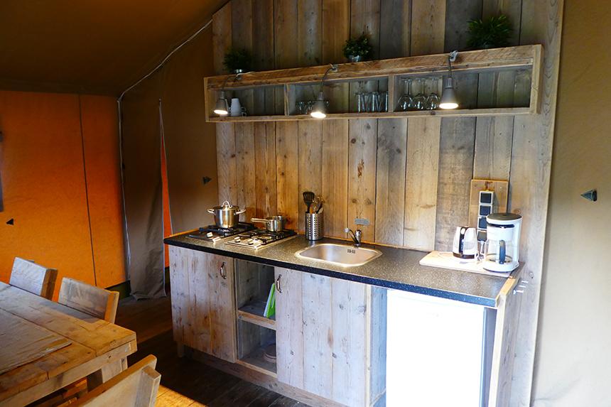 De hippe en sfeervolle keuken in de Mountain Network safaritent