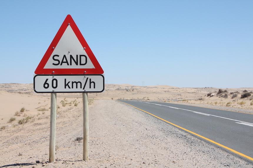 Over zandwegen rijden in Namibië