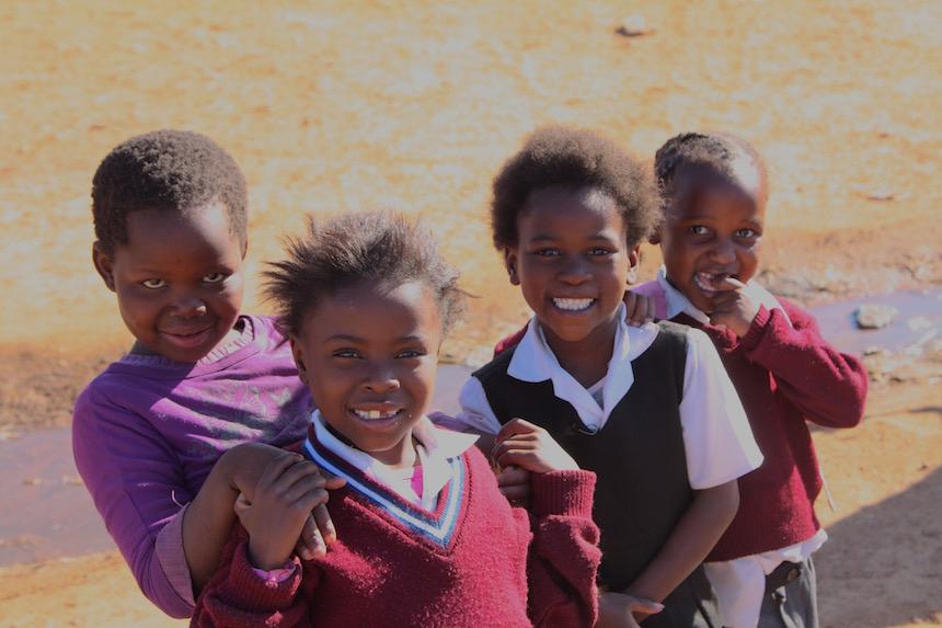 Kinderen willen op de foto in Soweto