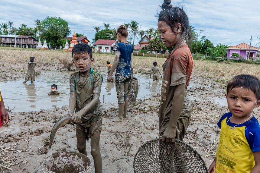 Kinderen vangen vis in Don Som