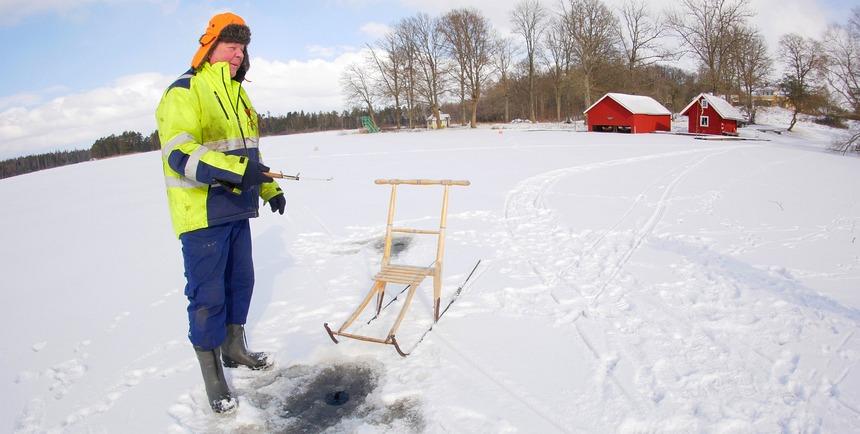 Ingvar Johansson laat zien hoe het ijsvissen gaat.