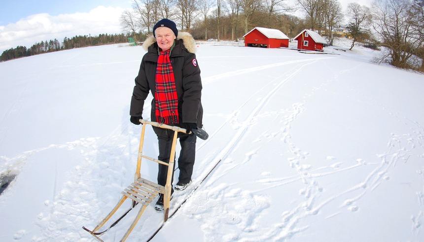 Ingrid Olssen met de sparkstötting (step-slee) op Lake Asnen.