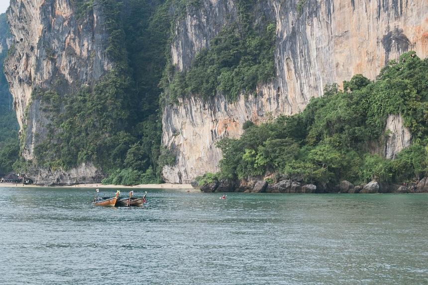 Bij Krabi worden hagelwitte zandstranden afgewisseld met rotskusten