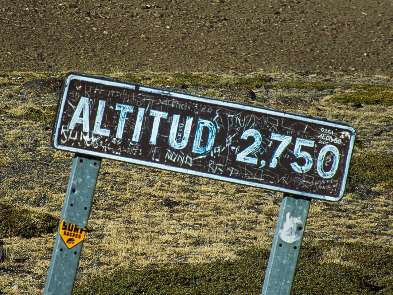 Hoogtebordjes op weg naar Mount Mulhacen