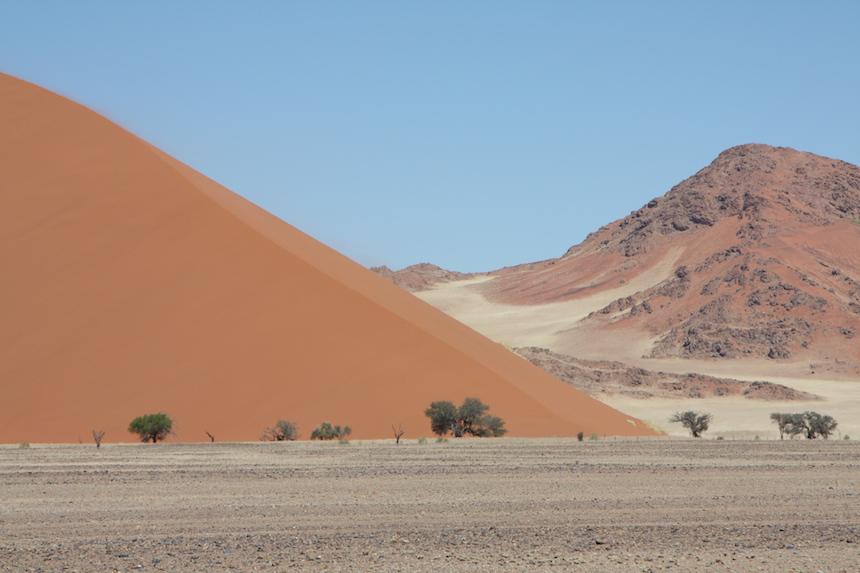 Aankomst bij de zandduinen in de Sossusvlei in Namibië
