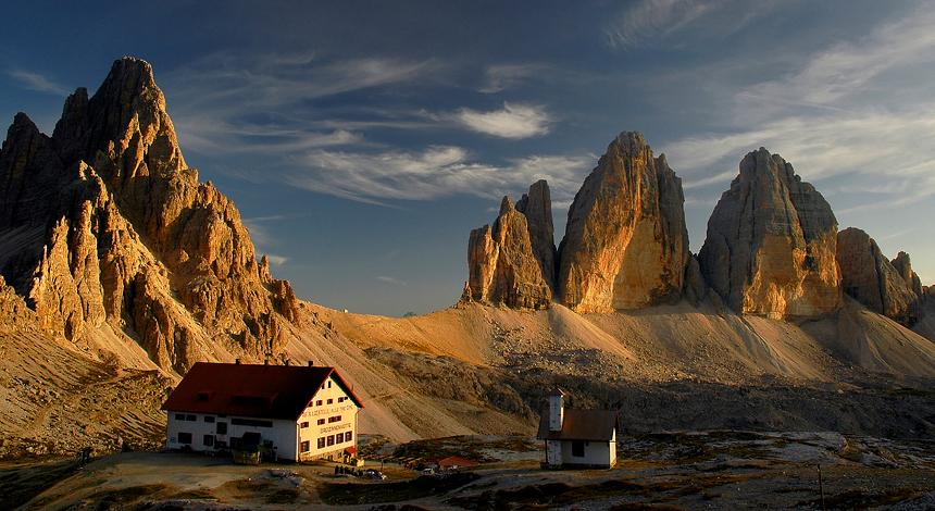 Rifugio Locatelli met Tre Cime di Lavaredo bij zonsondergang