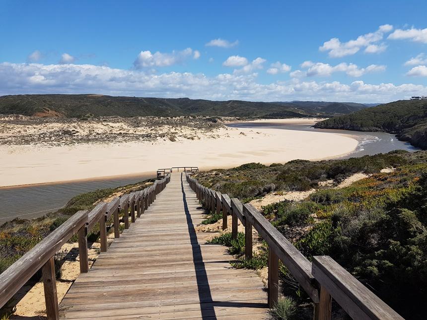 Het Amoreira strand in de Algarve