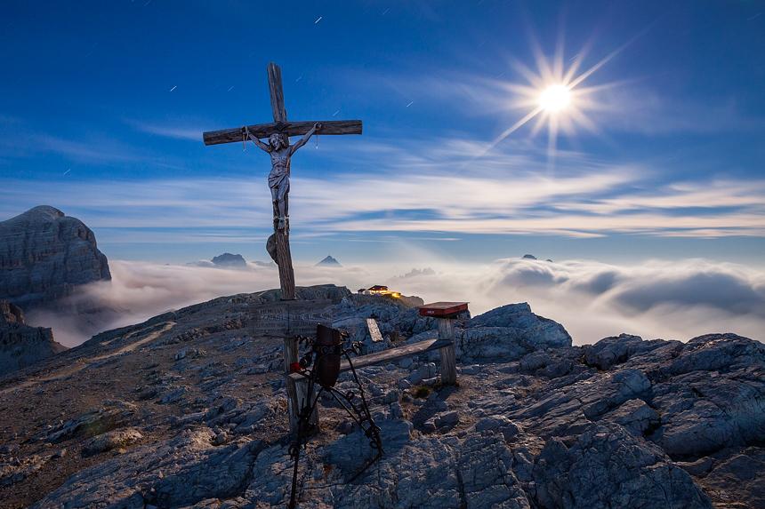 Kruis in het maanlicht bij Lagazuoi