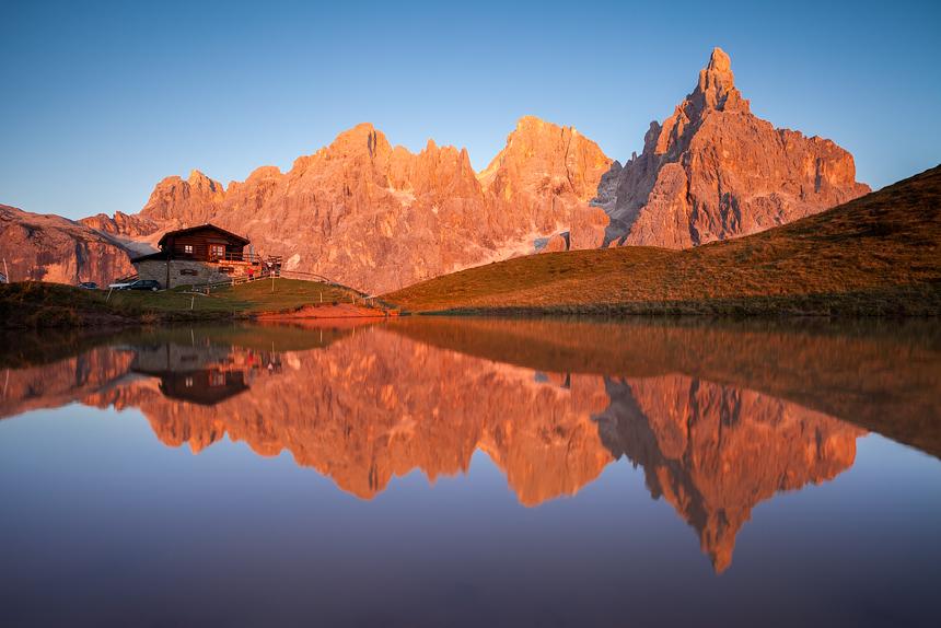 Baita Segantini met de Pale di San Martino bij zonsondergang
