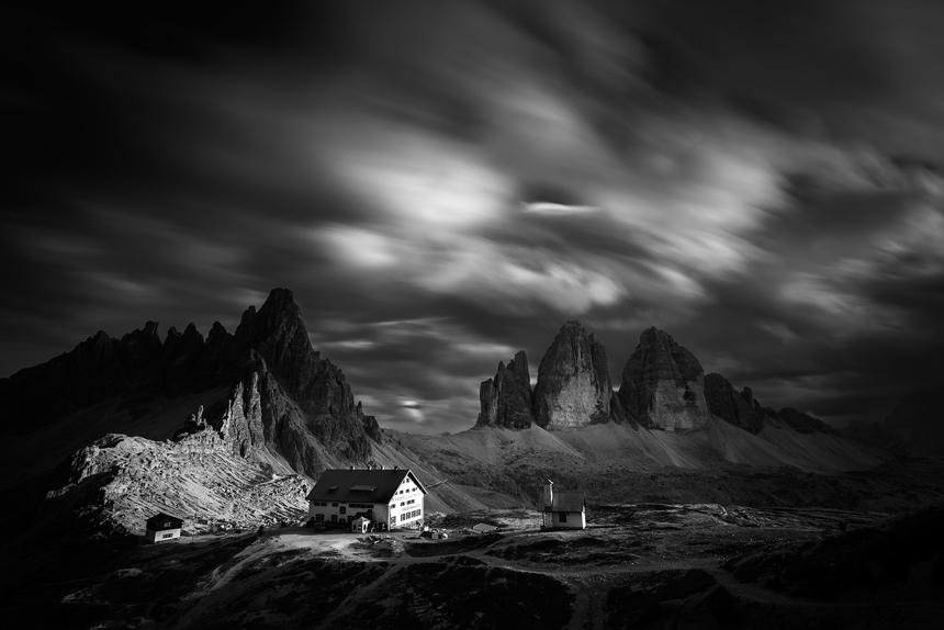 Rifugio Locatelli met Tre Cime di Lavaredo in de nacht