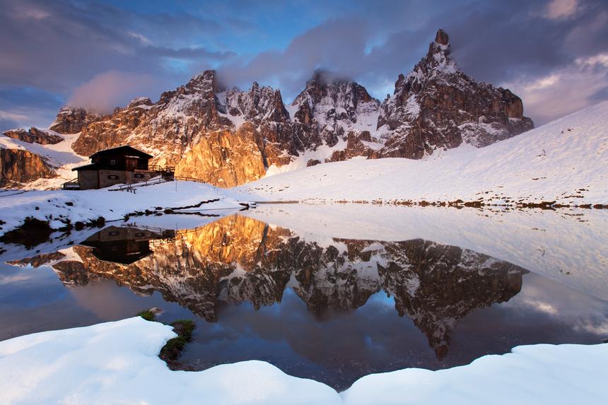 Baita Segantini met Pale di San Martino in de sneeuw