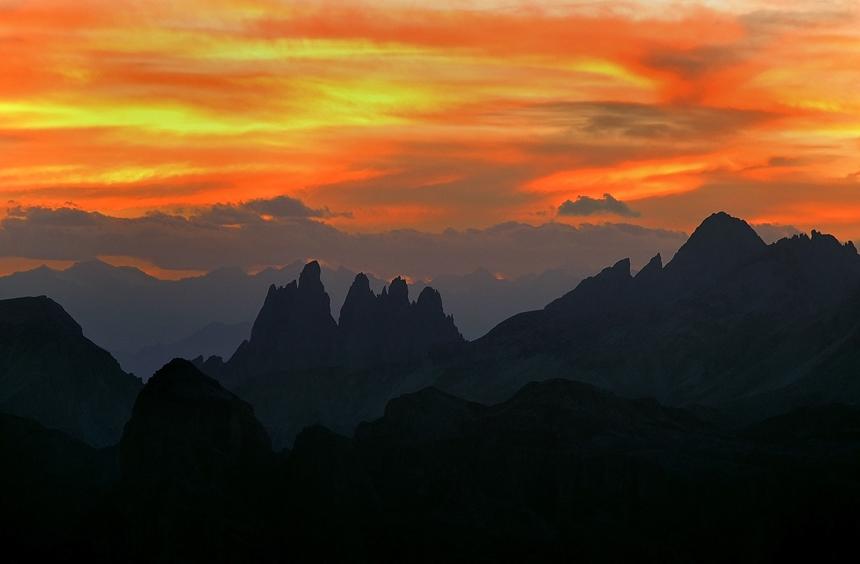 De zon gaat onder op de top van de Lagazuoi in de Dolomieten