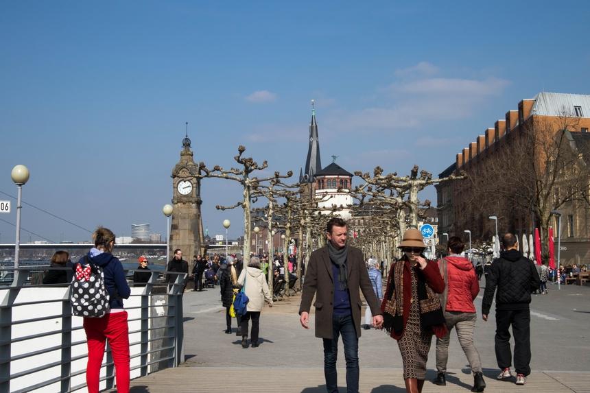 Flaneren op de Rijnboulevard in Düsseldorf