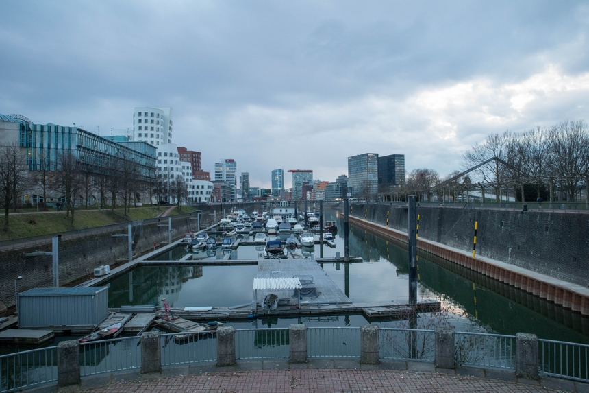 Bootjes in de Medienhafen in Düsseldorf