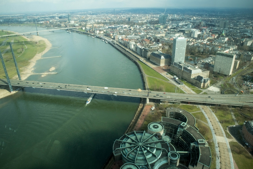 Uitzicht op de Rijn vanuit de Rheinturm