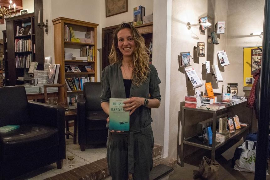 Iris Hannema met haar derde boek Reizen volgens Hannema