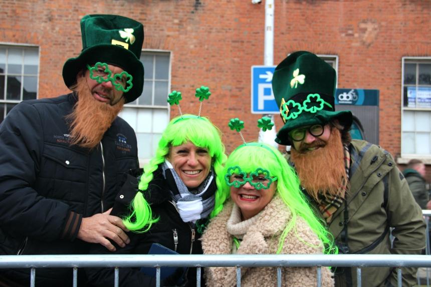 Vrolijk verklede mensen in Dublin, Ierland