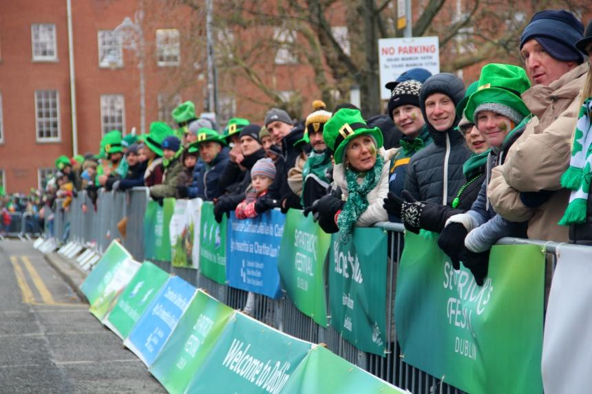Het bekijken van de parade is voor de Ieren een echte familie-aangelegenheid
