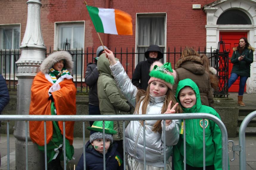 De Ieren bekijken de St. Patrick's Day parade vol trots