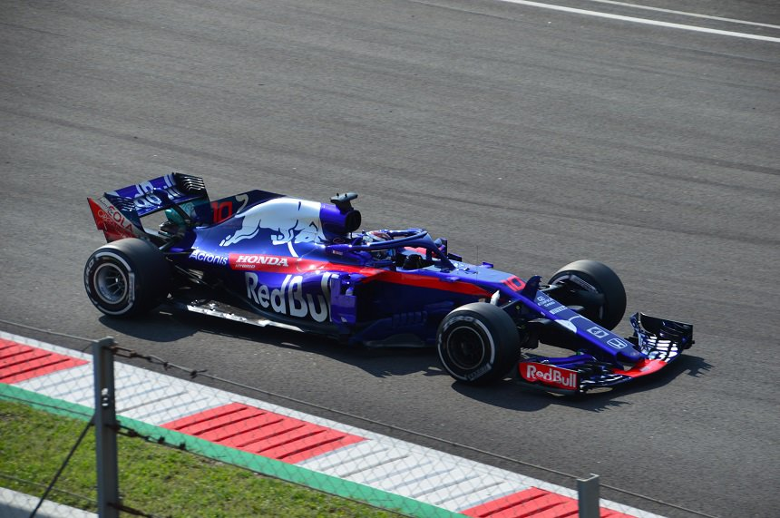 Een voorbijrazende racewagen op het Circuit van Catalunya