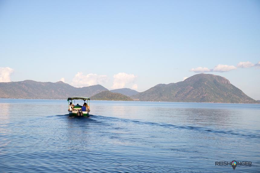 Op zijn gemakje pendelt het bootje tussen het vasteland en Mumbo Island in Lake Malawi