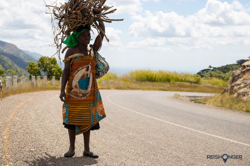 Een karakteristieke dame komt net terug van het verzamelen van hout
