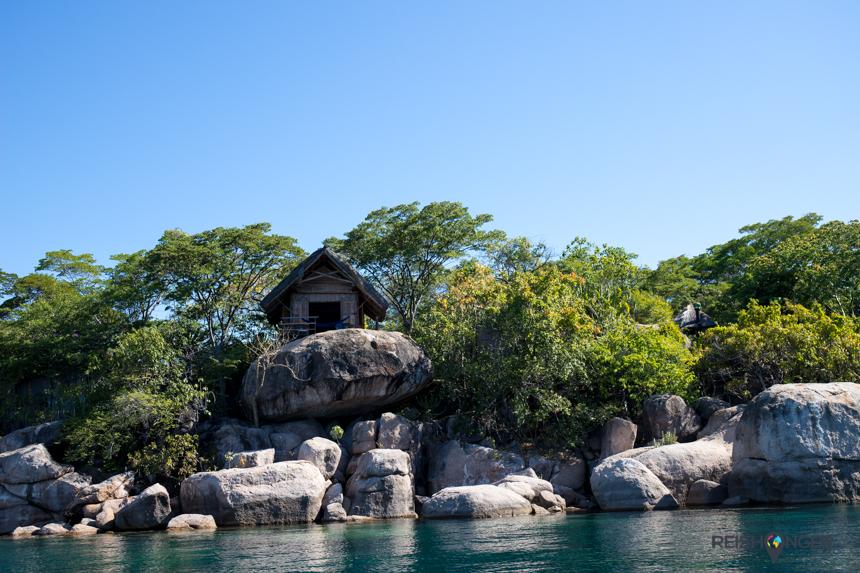 Voor aankomst in de baai van Mumbo Island passeer je de lieflijke huisjes