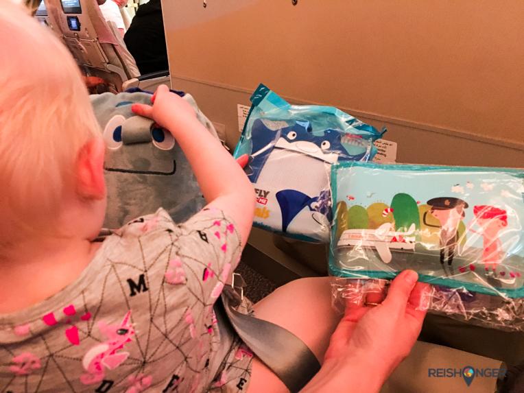 Emirates met kids: bij het vliegen krijgen de kinderen allemaal leuke spulletjes voor onderweg