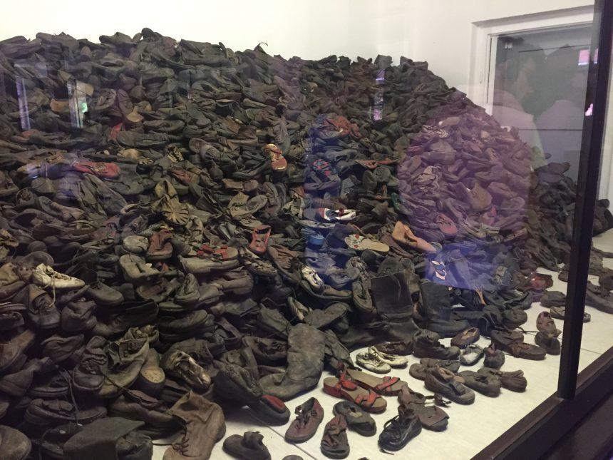 Ruimte in Auschwitz met in beslag genomen schoenen