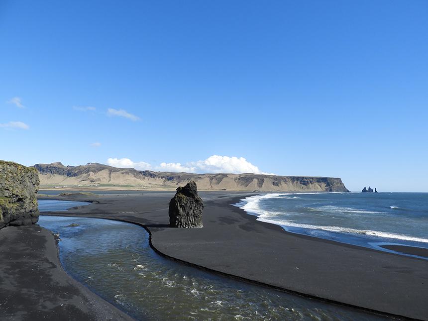Het zwarte strand van Dyrholeay op IJsland