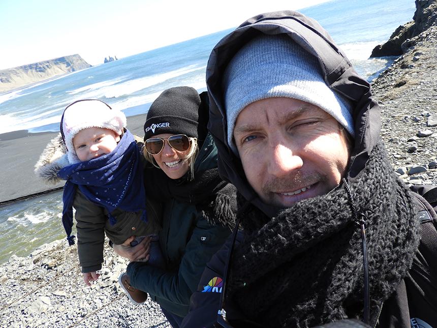 IJsland met kinderen: gezin bij Dyrholaey op IJsland