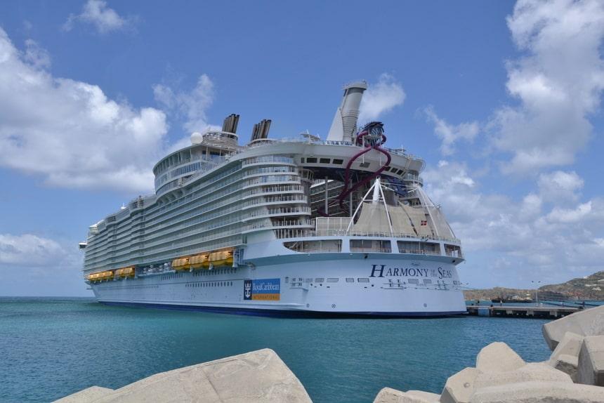Cruiseschip in de haven van Sint Maarten