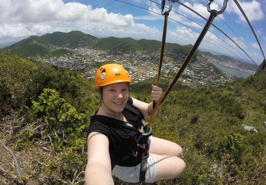 Ziplinen bij het Rainforest Adventures Parc