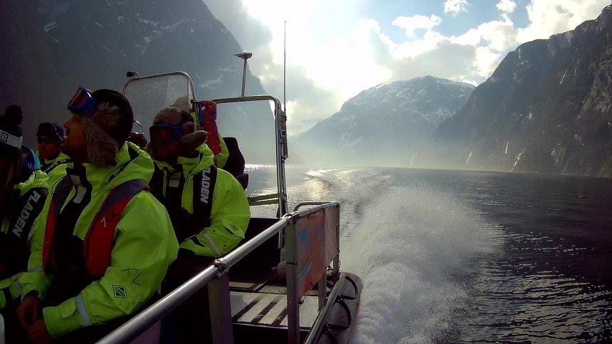 Op snelheid over het water door de fjorden