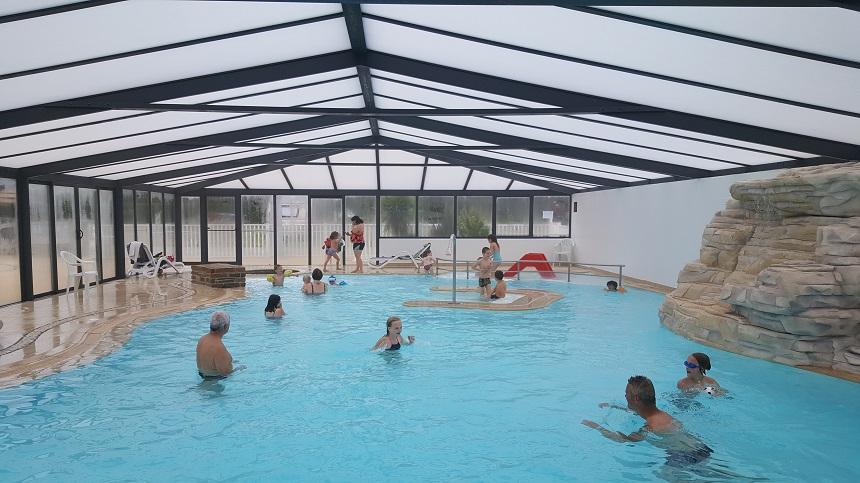 Als het weer wat minder is, kun je ook gewoon binnen zwemmen op Piratencamping Longchamp