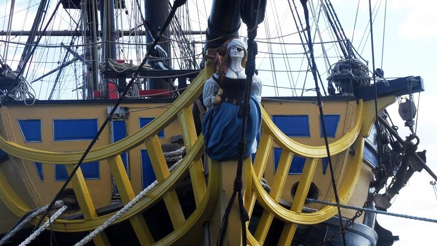 Het boegbeeld van een piratenschip in Saint-Malo