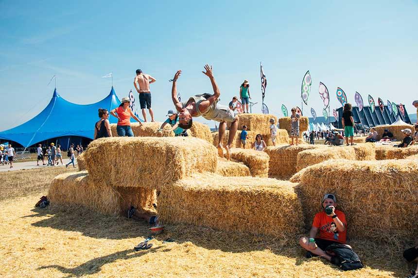 Wat ziet het zonovergoten festivalterrein van Pohoda er geweldig uit
