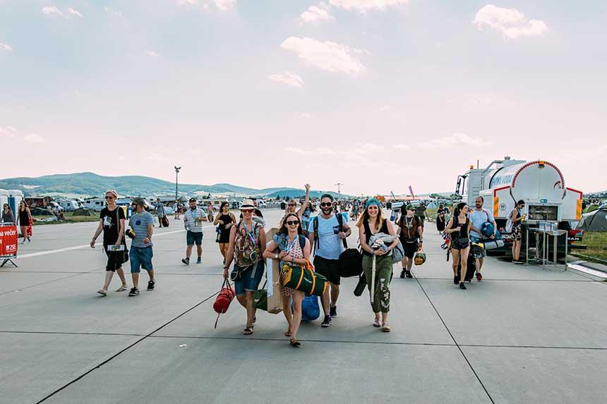 Vanuit de trein of bus, hop richting het Pohoda Festival