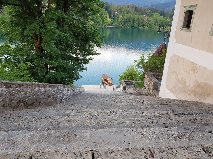 Op Bled Island. Deze 99 traptreden naar de kerk moet een bruidegom zijn bruid naar boven tillen op de dag van de bruiloft