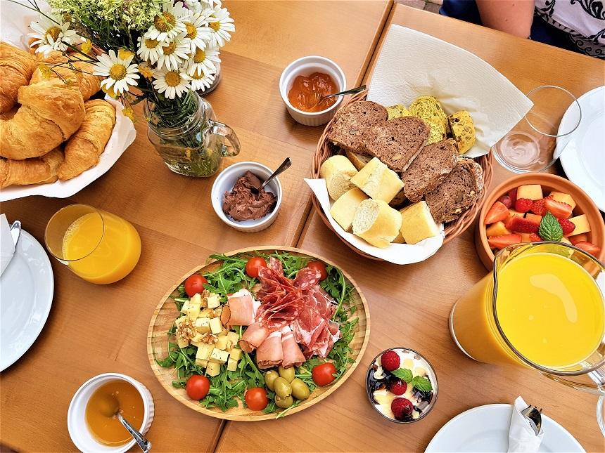 Ontbijttafel langs de oprit van Chateau Ramsak